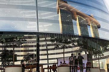 Singapur  Republik Singapur  Neues Apple Vorzeigegeschaft (Flagshipstore) am Ufer in Marina Bay Sands