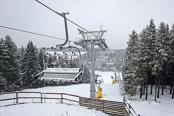 Geschlossener Skilift  Winterberg  Sauerland  Nordrhein-Westfalen  Deutschland