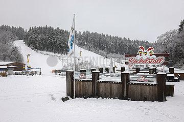 Geschlossenen Apres-Skihuette  Skipisten  Winterberg  Sauerland  Nordrhein-Westfalen  Deutschland