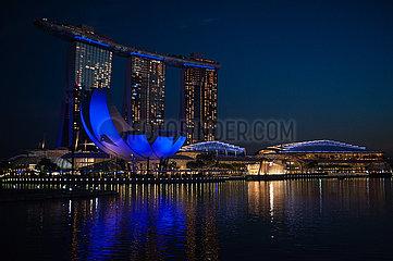 Singapur  Republik Singapur  Blick auf das beleuchtete Marina Bay Sands Hotel mit dem ArtScience Museum
