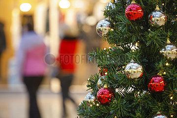 Weihnachtseinkaeufe  Passanten in der Essener Innenstadt in Zeiten der Coronapandemie zur Weihnachtszeit  Essen  Nordrhein-Westfalen  Deutschland