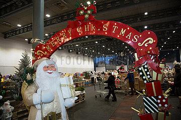 Deutschland  Bremen - Lagerverkauf von Weihnachtsartikeln in einer Messehalle
