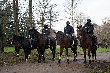 Deutschland  Bremen - polizeiliche Reiterstaffel blockiert Weg in einem Park  um Gruppen verschiedener Demonstranten von einander zu trennen