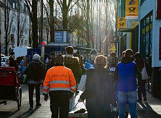 Volle Straßen vor Geschäften vor dem Sutdown in München