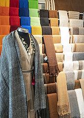 Poncho und Schals