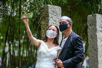 PHILIPPINEN-MAKATI-MASS MASKED WEDDING
