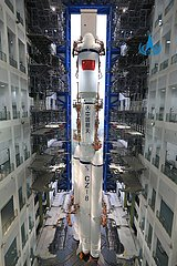 (EyesonSci) CHINA-HAINAN-wenchang-LONG MARCH-8 Y1 raketen vertikaler Transport (CN)