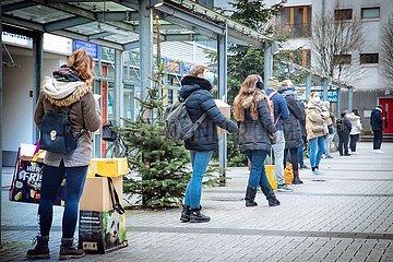 Weihnachtspakete Postschlange Lockdown Tag Eins in der zweiten Welle