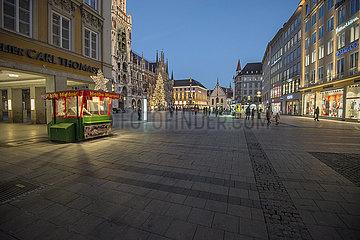 Marienplatz abends  waehrend hartem Lockdown  Muenchen  18.12.2020