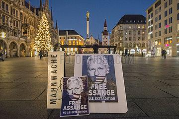 Mahnwache fuer Julian Assange  Marienplatz abends  Muenchen  18.12.2020