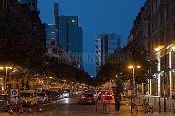 Deutschland  Frankfurt am Main - Bahnhofsviertel  Blick vom Bahnhof durch die Kaiserstrasse Richtung Bankenviertel  links der Commerzbank Tower