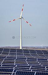 Solarpark und Windrad   Dortmund  Ruhrgebiet  Nordrhein-Westfalen  Deutschland