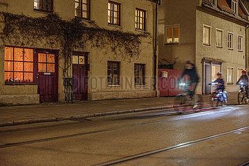 Radfahrer unterwegs in Haidhausen  abends  waehrend Lockdown  Muenchen  21.12.2020