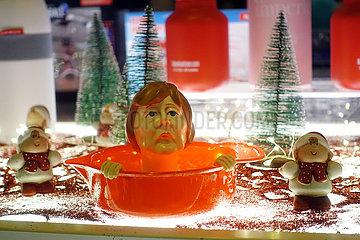 Berlin  Deutschland  Zitronenpresse mit dem Gesicht von Bundeskanzlerin Angela Merkel steht in einem Schaufenster
