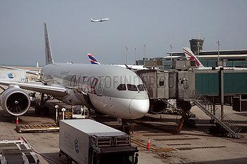 Doha  Katar  Flugzeug der Qatar Airways auf dem Vorfeld des Flughafen