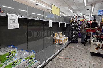 Berlin  Deutschland  Toilettenpapier wird in einem Supermarkt wegen Hamsterkaeufen nur noch begrenzt abgegeben
