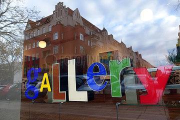 Berlin  Deutschland  Buchstaben formen das Wort Gallery im Schaufenster einer Galerie