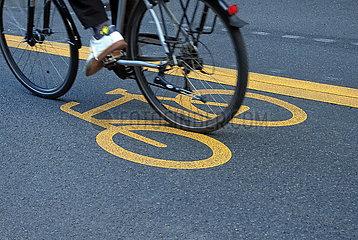 Berlin  Deutschland  Detailaufnahme: Radfahrer faehrt einen Pop-up-Radweg entlang