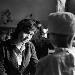Berlin  Deutsche Demokratische Republik  Schauspielerin Valentina Malyavina bei den Dreharbeiten zum Film Iwans Kindheit
