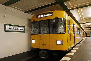 Berlin  Deutschland  U-Bahn der Linie 6 faehrt in den Bahnhof Franzoesische Strasse ein. Dieser Bahnhof wird mit Inbetriebnahme des neuen U-Bahnhofes Unter den Linden ausser Betrieb genommen