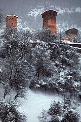 Mestia  Georgien  Kaukasische Wehrtuerme im Winter
