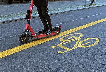 Berlin  Deutschland  Detailaufnahme: Mensch auf einem E-Scooter faehrt einen Pop-up-Radweg entlang