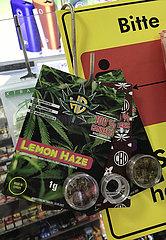 Berlin  Deutschland  Verkauf von legalem Cannabis in einem Tabakwarenladen