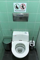 Wittenburg  Deutschland  Hinweis: Bitte nicht auf den WC-Sitz stellen in einer Toilettenkabine