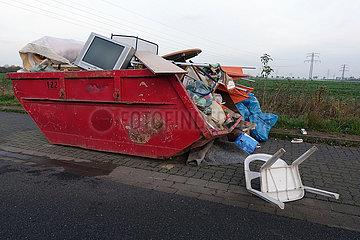 Salzgitter  Deutschland  Container mit entsorgten Haushaltsgegenstaenden auf einer Strasse