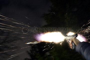 Berlin  Deutschland  Feuerwerk wird mit einer Gaspistole geschossen