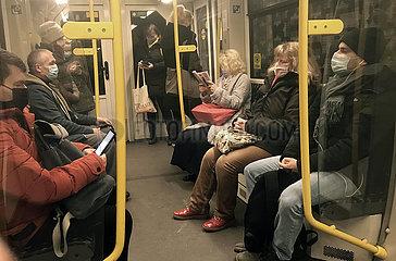 Berlin  Deutschland  Menschen in einer U-Bahn tragen in Zeiten der Coronapandemie Mund-Nasen-Bedeckungen
