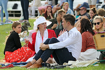 Hoppegarten  Deutschland  Menschen sitzen auf dem Rasen und machen ein Picknick