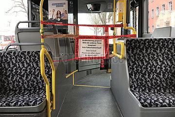 Berlin  Deutschland  Absperrung zum Fahrerraum in einem Bus der BVG waehrend der Coronapandemie