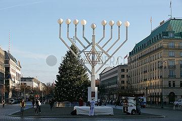 Berlin  Deutschland - Chanukkia und ein geschmueckter Weihnachtsbaum auf dem Pariser Platz.