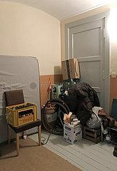 Berlin  Deutschland  Hausflur in einem Mehrfamilienhaus ist mit Geruempel vollgestellt