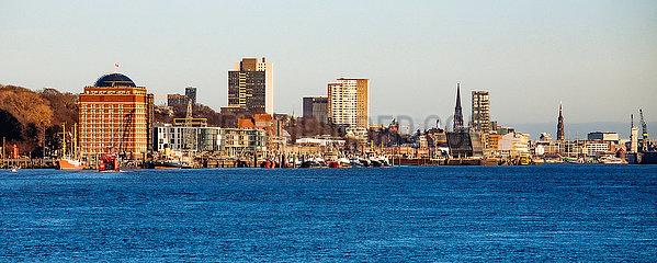 Elbe mit Elbstrand und Villen der Elbchaussee