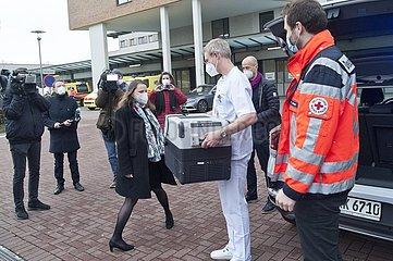 Auslieferung erster Schutzimpfungen an Krankenhäuser