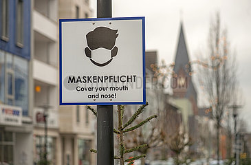 Maskenpflicht in der Innenstadt von Neheim  Schild  Dezember 2020