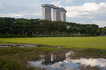 Singapur  Republik Singapur  Blick auf das markante Marina Bay Sands Hotel mit Dachterrasse und Casino