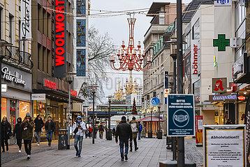 Lockdown  wenige Passanten in der Essener Innenstadt am Tag vor Heiligabend  Essen  Nordrhein-Westfalen  Deutschland