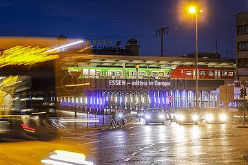Strassenverkehr am Hauptbahnhof  Essen  Ruhrgebiet  Nordrhein-Westfalen  Deutschland