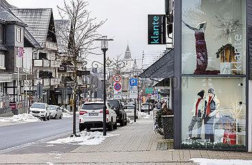 Menschenleere Einkaufsstrasse  Winterberg  Sauerland  Nordrhein-Westfalen  Deutschland