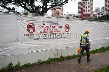 Singapur  Republik Singapur  Transparent warnt an einer Baustelle vor der Gefahr einer Ausbreitung von Denguefieber durch stehendes Wasser als Brutstaette