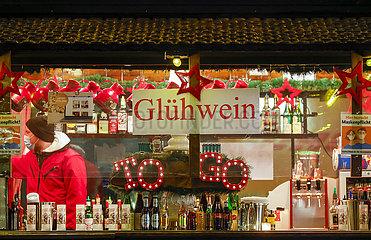 Gluehweinstand in der Essener Innenstadt am Abend vor dem zweiten Lockdown  Essen  Nordrhein-Westfalen  Deutschland
