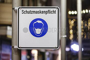Schutzmaskenpflicht  Oberhausener Innenstadt in Zeiten der Coronakrise beim zweiten Lockdown  Nordrhein-Westfalen  Deutschland