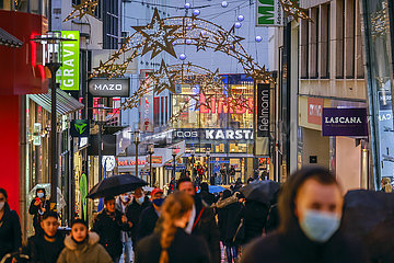 Weihnachtseinkaeufe am letzten Abend vor dem harten Lockdown  Essen  Nordrhein-Westfalen  Deutschland