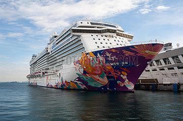 Singapur  Republik Singapur  Das Kreuzfahrtschiff World Dream ist am Marina Bay Cruise Centre Singapore vertaeut