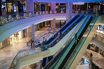Singapur  Republik Singapur  Innenaufnahme des modernen ION Orchard Einkaufszentrum