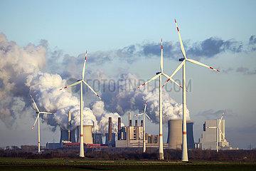 Windraeder vor RWE Kraftwerk Neurath am Tagebau Garzweiler  Grevenbroich  Nordrhein-Westfalen  Deutschland