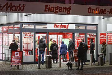 Lockdown  MediaMarkt Kunden holen online bestellte Ware am Tag vor Heiligabend ab  Essen  Nordrhein-Westfalen  Deutschland